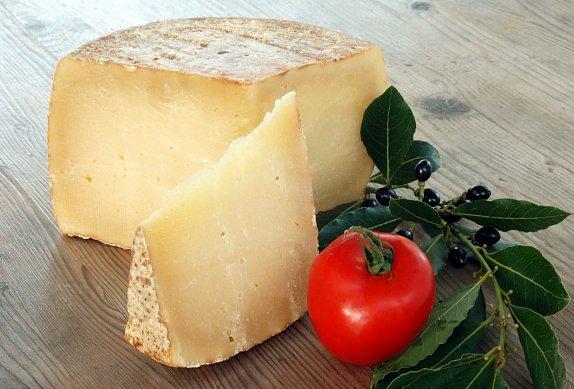 Naložený kořeněný ovčí sýr