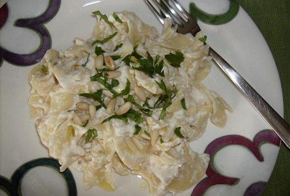 Těstoviny s ricottou, parmezánem a piniovými oříšky