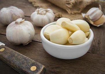 Jak snadno oloupat česnek? Pomocí misky nebo v mikrovlnce!