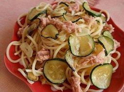 Lehký těstovinový salát s tuňákem a cuketou