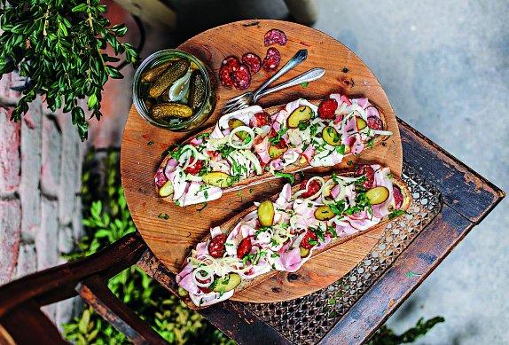 Uzenářský maxichleba s cibulovým salátem