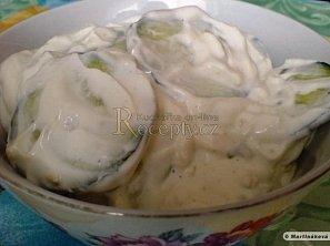 Okurkový salát s kysanou smetanou a česnekem