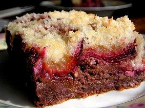 Jablkový koláč se švestkami a drobenkou
