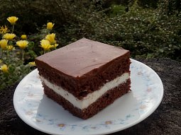 Čokoládové řezy se zakysanou smetanou