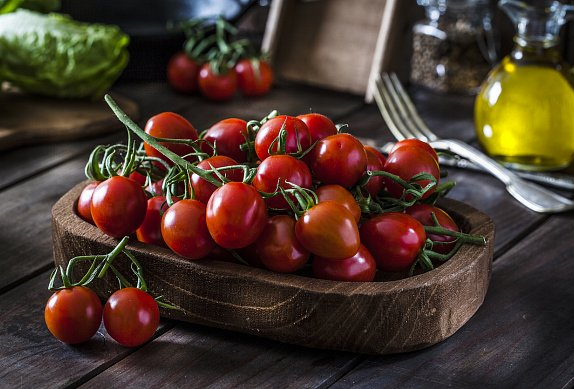 Topinky s pestem, rajčaty a mozzarellou