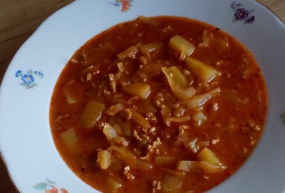 Gulášová polévka se zelím
