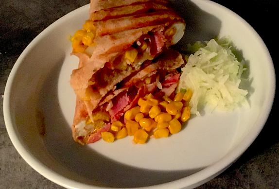 Snídaňová tortilla s volským okem, slaninou a kukuřicí