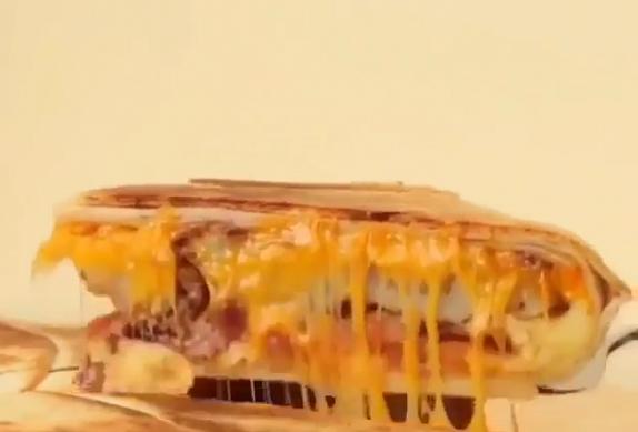 Plněná tortilla s mletým masem, sýrem a omeletou